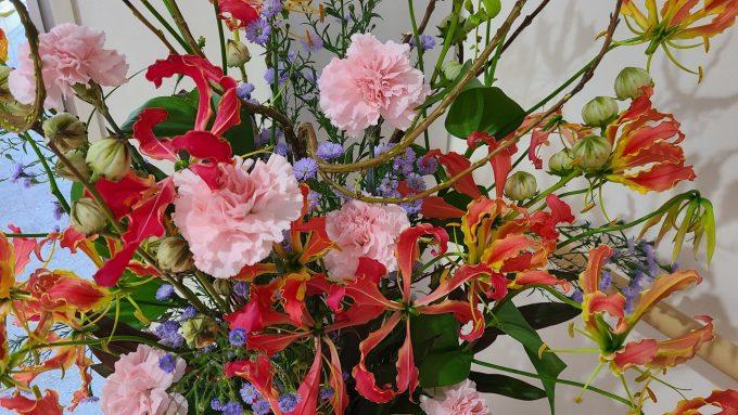 №183 当院東館1階玄関の花…